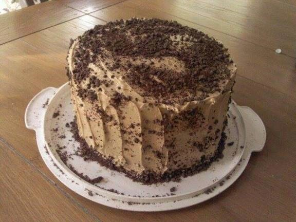Triple layer banana chocolate chip cake with peanut butter icing and chocolate shavings – Claire Gillian